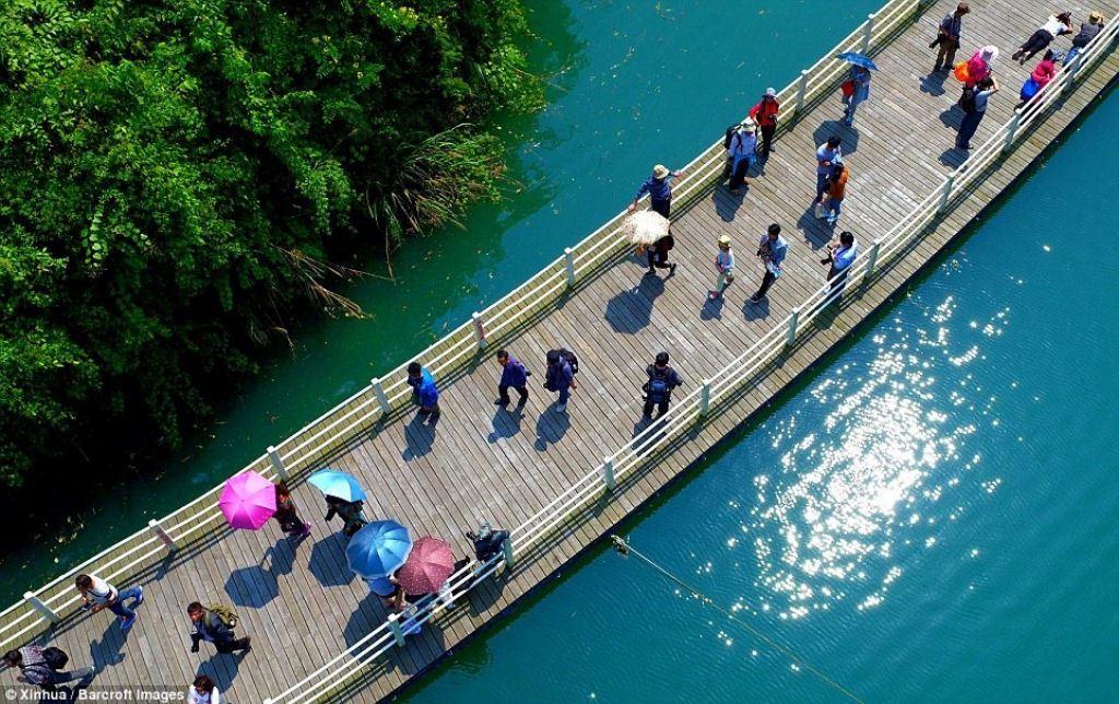 O caminho que flutua sobre o rio Shiziguan, na China